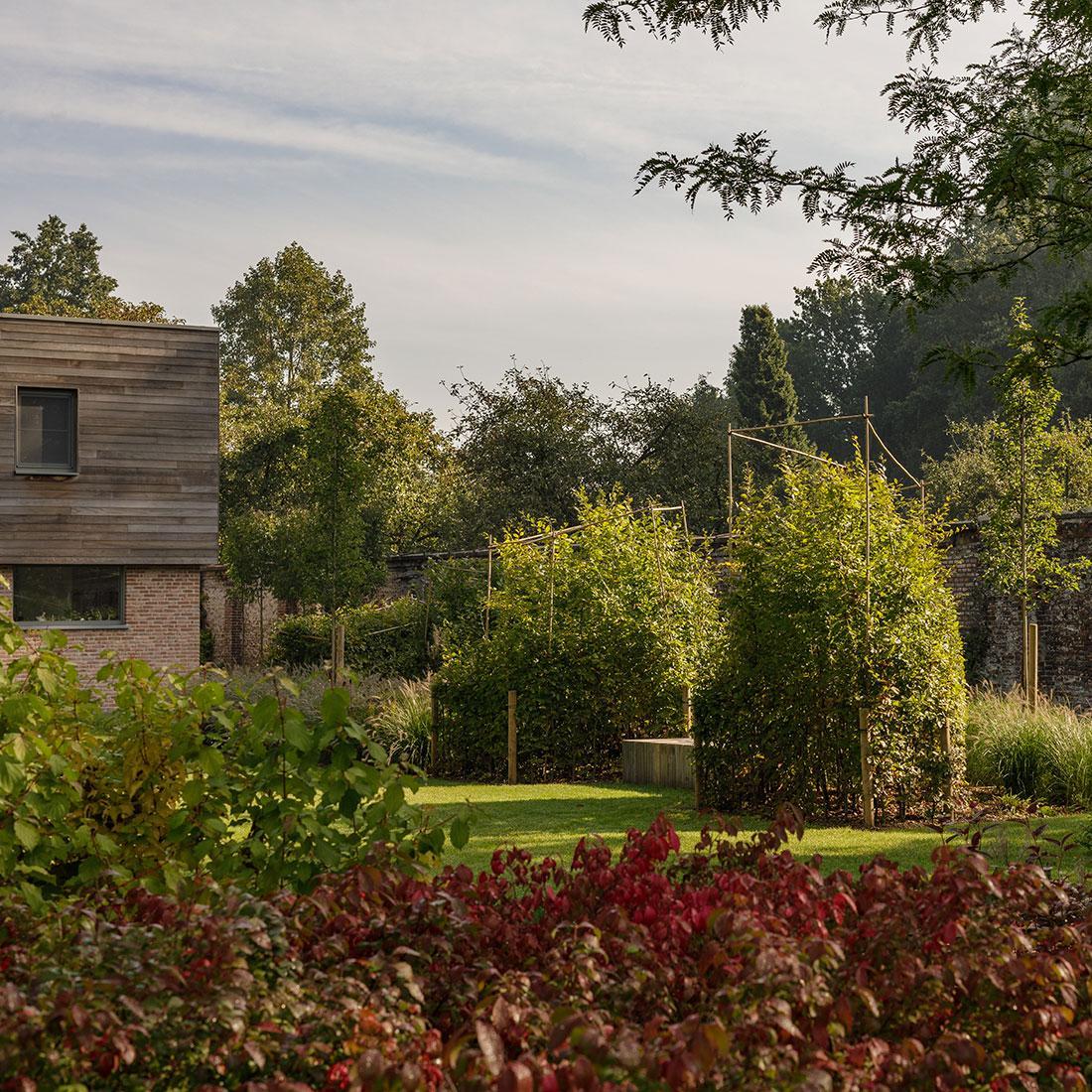 177-kasteeltuin-villatuin-multibat-topiary-carpinus-fagus-oprijlaan-natuur-natural-tuinarchitect-tuinontwerp-75.jpg